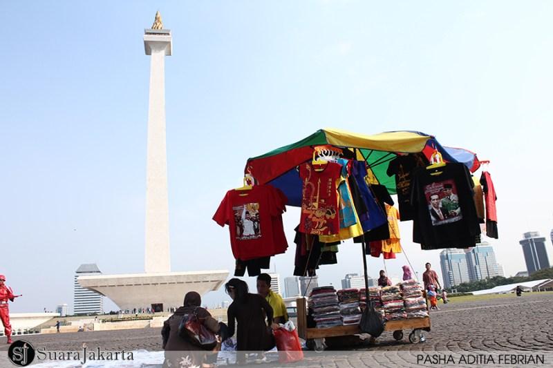 KEMBALI BERJUALAN - Pedagang kaki lima kembali berjualan di Komplek Monumen Nasional, Jakarta. Rabu (21/05/2014). (Foto: Pasha Aditia Febrian)