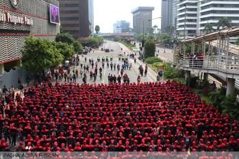Satgas Buruh, Garda Metal membentuk barisan saat longmarch menuju Istana Negara RI, Jakarta Pusat (1/5). (Foto: Pasha Aditia Febrian)