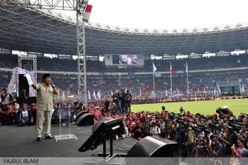 Prabowo memegang kertas berisi 10 tuntutan buruh pada peringatan May Day di GBK, Senayan, Jakarta (1/5). (Foto: Fajrul Islam)