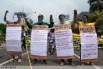 Buruh memakai topeng 4 Capres dan membawa banner berisi hal-hal yang pernah mereka lakukan pada peringatan May Day di Jakarta (1/5). (Foto: Fajrul Islam)