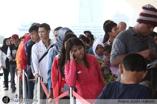 ANTUSIAS PENGUNJUNG - Pengunjung mengantre di pintu masuk untuk menuju ke Puncak Monumen Nasional (Monas) di Jakarta Pusat. Rabu (21/05/2014). (Foto: Pasha Aditia Febrian)