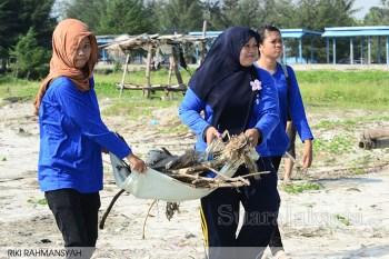 1-suara-jakarta-Salah-Satu-Anggota-MAPETALA-UNIB-sedang-menarik-sampah-kayu-yang-mengotori-pantai-bengkulu-Riki-Rahmansyah