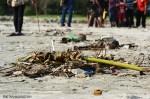 suara-jakarta-Berbagai-Sampah-Yang-ada-di-Pantai-Bengkulu,-tumpukan-sampah-ini-mewarnai-kedatangan-piala-ADIPURA-
