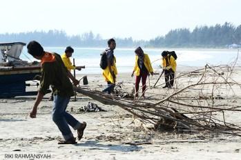 suara-jakarta-Salah-Satu-Anggota-MAPETALA-UNIB-sedang-menarik-sampah-kayu-yang-mengotori-pantai-bengkulu-Riki-Rahmansyah