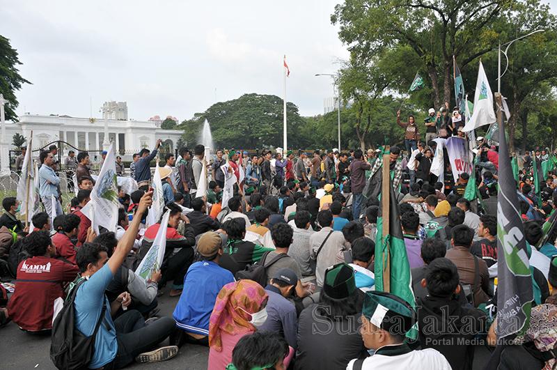 Gabungan masa KAMMI dan HTI demo tuntut Jokowi mundur di depan Istana Negara, Jakarta Pusat. (Foto: Fajrul Islam/SuaraJakarta)