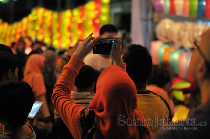 Memotret latern di Jakarta Lantern Festival 2014 di Lapangan Banten, Jakarta Pusat. (Foto: Fajrul Islam/SuaraJakarta)