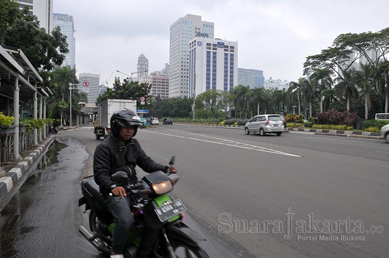 suara-jakarta-pengendara-motor-melintas-di-jalan-jendral-sudirman-transportasi