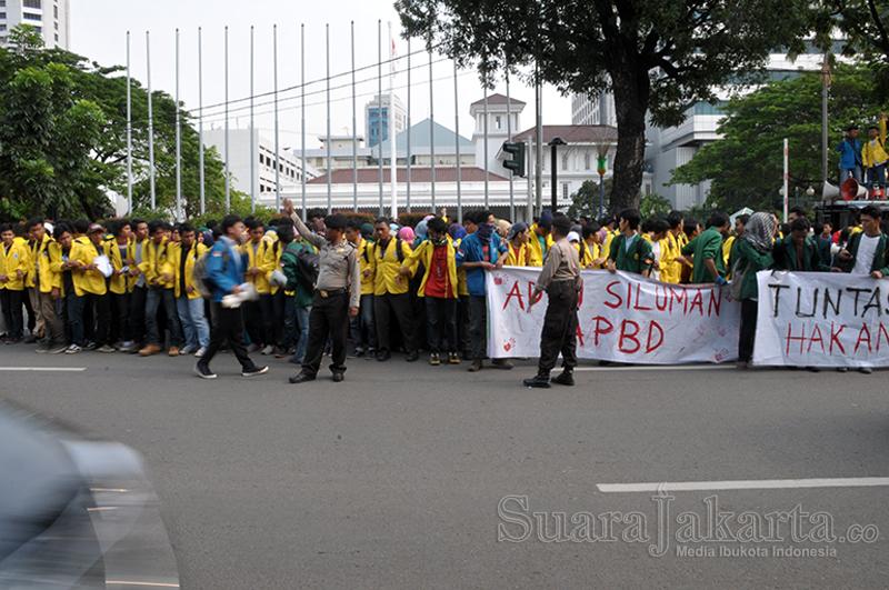 Gabungan BEM Jakarta di Depan Balaikota Jakarta. (Foto: Fajrul Islam/SuaraJakarta)