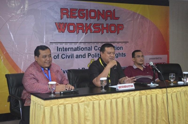 Sekjen FAHAM Indonesia, Rozaq Asyhari (kiri) ketika mengikuti diskusi HAM. (Foto: FAHAM)