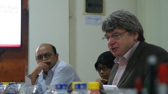Georg Villinger (kanan) berdiskusi bersama tim transfer teknologi di MITI Headquarter. (Foto: MITI)