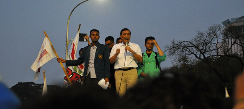 Kepala Staf Kepresidenan, Luhut Panjaitan saat menemui pendemo di depan Istana Negara, Jakpus. (Foto: Fajrul Islam/SuaraJakarta)