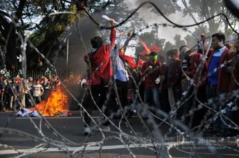 Siang tadi ribuan mahasiswa dari berbagai elemen mengepung Istana Negara di Jalan Merdeka Barat, Jakarta Pusat (20/5). (Foto: Fajrul Islam/SuaraJakarta)