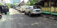 Parkir Liar Mobil Sesaki Jalan, Warga Kelurahan Kemayoran Mengeluh