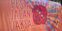 Bule Ikutan Lomba Abang-None di Festival Jalan Jaksa