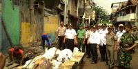 Wakil Camat Senen Dedy Arif Bongkar Bangunan Warga Demi Normalisasi Saluran Air