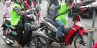 Wanita Mungil Berjilbab Ini Mengais Pahala dengan Menjadi Tukang Ojeg