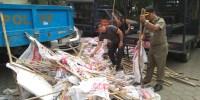 Ganggu Keindahan, Ratusan Satpol PP Turunkan Bendera Parpol