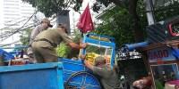 Akibat Buang Sampah Sembarangan Gerobak PKL Diangkut Petugas