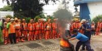 Petugas PPSU Latihan Pemadaman Kebakaran