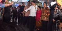 Diringi Rintik Hujan, Mendes Eko dan Jokowi Tinjau Saluran Peresapan Air Hujan Hasil Dandes