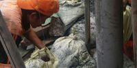 Saluran Air Di Kemayoran Tersumbat Lumpur, Petugas PPSU Harus Siaga