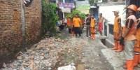 PPSU Bongkar Bangunan dan Pangkalan Ojek Yang Mengganggu Saluran Air