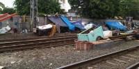 Gubuk Liar dan Pemulung Menjamur di Pinggir Rel Kereta Api Kramat, Warga Merasa Terganggu