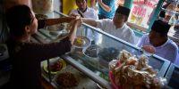 Makan di Warteg, Anies Santap Tempe Orek dan Telur Bali