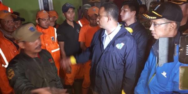 Banjir Lagi, Anies Pantau Tanggul Jebol di Jati Padang Semalam