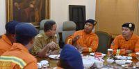 Anies Undang Makan Siang Petugas Damkar Penyelamat Bocah Terjepit di Selokan