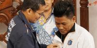 Wagub Sandiaga Sematkan Pin Asia Games kepada Tamran, Pemasang Bendera dari Bambu