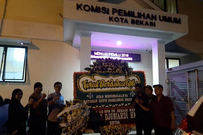 Indonesia Berduka Kirim Karangan Bunga Untuk KPUD Bekasi