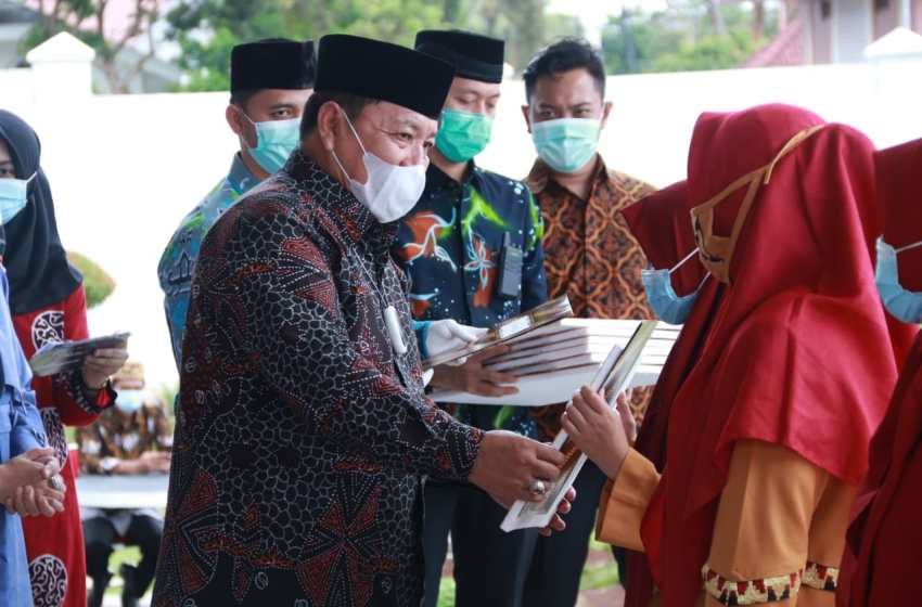 Sabet Juara 1, Gubernur Arinal Serahkan Bantuan Dana Pembinaan Kepada Peserta MTQ Asal Lampung