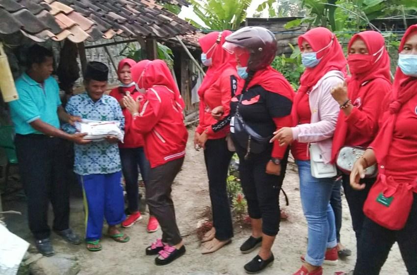 Bupati Lampung Selatan Melalui Rosdiana Salurkan Bantuan Beras Untuk Warga Kurang Mampu