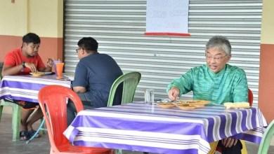 Photo of Agong santai makan roti tempayan di gerai