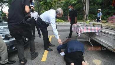 Photo of Warga emas peniaga 'foodtruck' sujud syukur terima lesen dari menteri