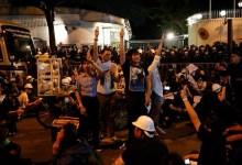 Photo of Tanda protes terhadap Kerajaan, Ahli Parlimen kelar lengan sendiri
