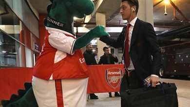 Photo of Mesut Ozil selamatkan maskot Arsenal