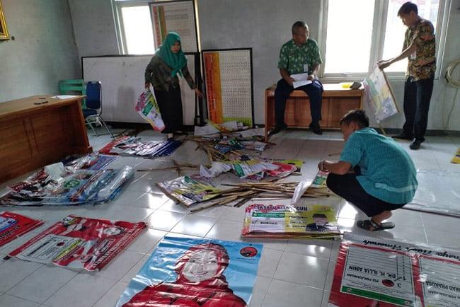 Panwaslu Bantarkawung Tertibkan Alat Peraga Kampanye