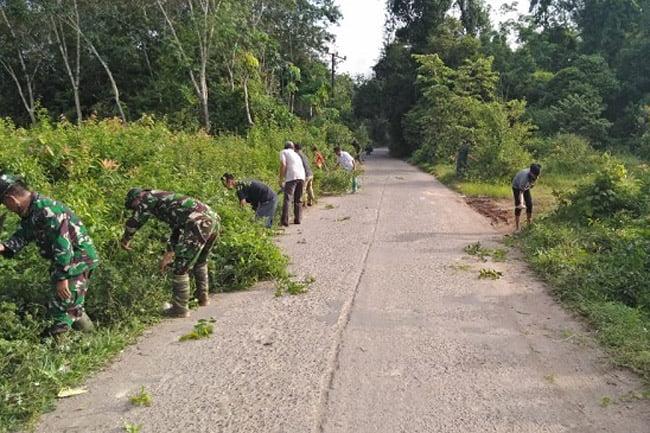 Koramil Babat Toman Gelar Bakti Sosial Bersihkan Jalan Antar Desa