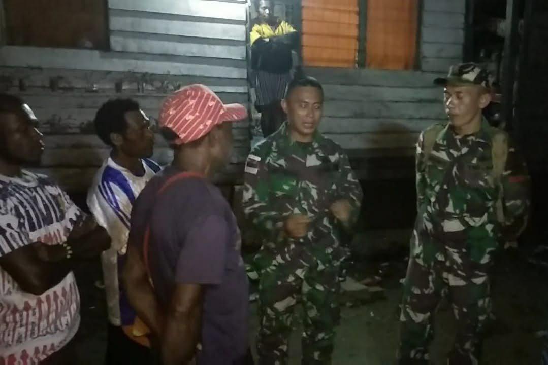 Satgas Pamtas Yonif 126/KC Perbaiki Pembangkit Listrik Tenaga Surya