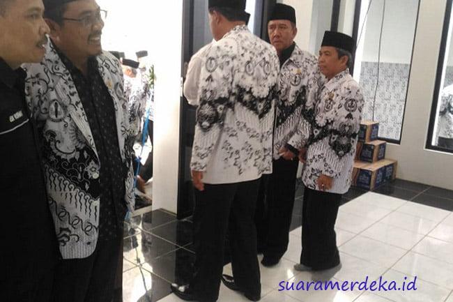 Bupati Bandung Barat Masuk Masjid Pakai Sepatu