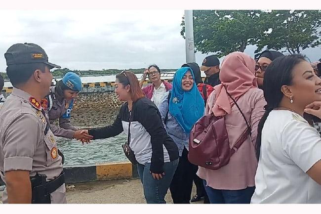Kedatangan Bhayangkari Polda Sultra Kunjungi Sejumlah Destinasi Wisata di Muna