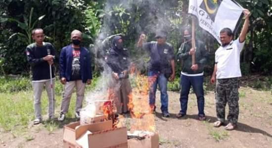 Laksanakan Instruksi Pusat, PD GPI Kota Banjar Sweeping dan Bakar Produk Perancis