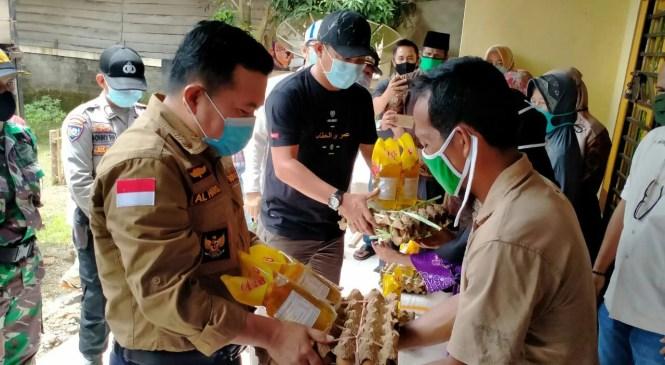 Al Haris Serahkan Bansos 655 Paket Sembako Kepada Warga Kelurahan Pamenang