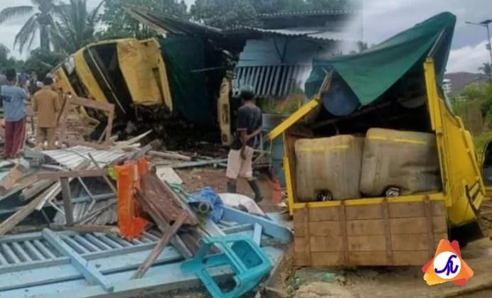 Dua Truck Terlibat Kecelakaan Hantam Warung Bakso