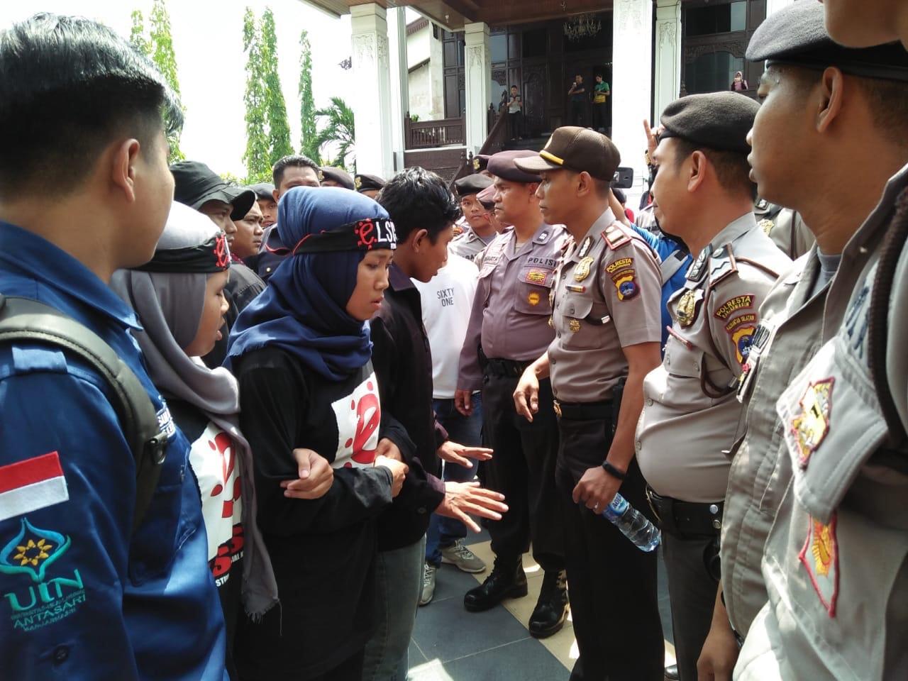 Demo Mahasiswa di DPRD Kalsel Sempat Ricuh