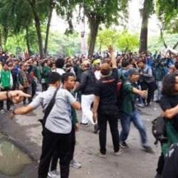 Demo Mahasiswa Pro dan Kontra Presiden Ricuh di Medan