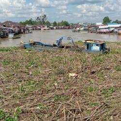 Tumpukan Sampah Sumbat Kolong Jembatan Antasari