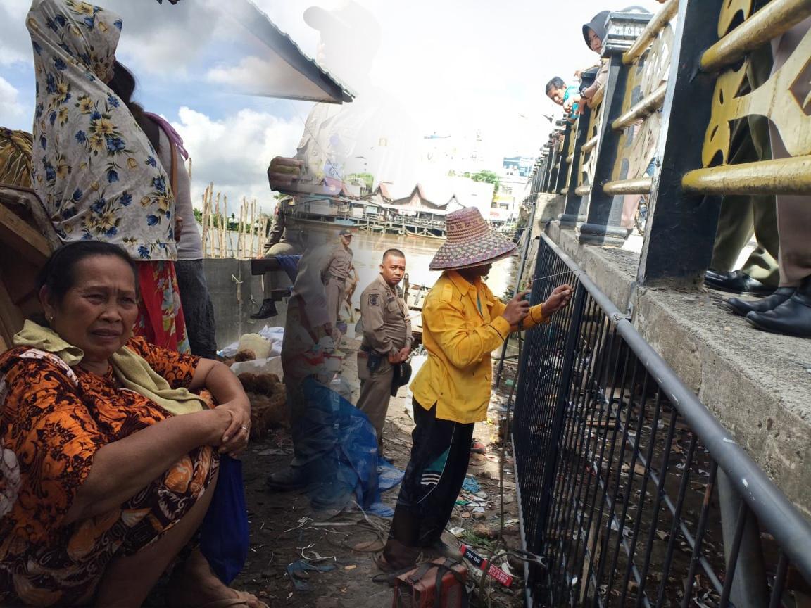 Dua Hari Setelah Dipagar, Warga Masih Bertahan di Jembatan Antasari